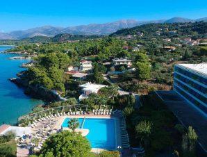 Διαμονή στο παραθαλάσσιο 4* Mediterranee Hotel στη Λάσση Κεφαλονιάς, χτισμένο ακριβώς επάνω σε έναν μικρό κόλπο με μια αμμώδη παραλία, μόλις 2 χλμ. από τη πρωτεύουσα του νησιού το Αργοστόλι!