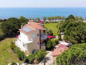 Διαμονή στο Irida Resort Suites στην παραλία Καλό Νερό της Κυπαρισσίας, σε πλήρως εξοπλισμένο διαμέρισμα με θέα τη θάλασσα, δίπλα στον τόπο ωοτοκίας των χελωνών Caretta-Caretta!