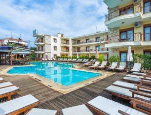 Διαμονή στο Nereides Hotel στη Χανιώτη Χαλκιδικής, σε ευρύχωρα και πλήρως εξοπλισμένα διαμερίσματα με εξωτερική πισίνα, μόλις 500μ. από τη βραβευμένη με Γαλάζια Σημαία παραλία!