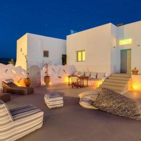 Διαμονή στο Pasithea Suites στο Μεγαλοχώρι Σαντορίνης, μόλις 1 χλμ. από την παραλία Θέρμη και 5 χλμ. από το λιμάνι!