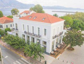 Διαμονή στο Panellinion Luxury Rooms, ένα από τα πιο ιστορικά κτίρια στην Καλαμάτα, χτισμένο το 1904 και διακοσμεί την κεντρική προβλήτα, σε απόσταση μόλις 5 λεπτών με τα πόδια από το κέντρο της πόλης!