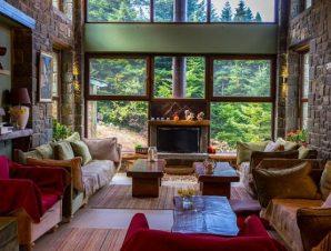 Διαμονή στο Ανάβαση, ένα μοναδικό ξενοδοχείο υψηλής αισθητικής στις πλαγιές των Τζουμέρκων, με εσωτερική θερμαινόμενη πισίνα και σάουνα με θέα τα βουνά και τη φύση, γυάλινο αίθριο χώρο, βιβλιοθήκη και εξωτερικά τραπεζάκια!