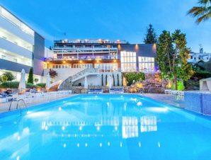Διαμονή στο Kriopigi Hotel δίπλα στο καταπράσινο χωριό της Κρυοπηγής στη Χαλκιδική, σε μικρή απόσταση από την παραλία και με απεριόριστη θέα στον Τορωναίο κόλπο!