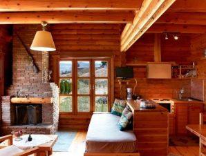 Διαμονή στο Υάδες Mountain Resort στα Κάτω Τρίκαλα Κορινθίας, κατασκευασμένο εξολοκλήρου από φυσικά υλικά, το φινλανδικό ξύλο και τη πέτρα αποτελείται από 7 αυτόνομες κατοικίες που προσφέρουν στον επισκέπτη μια μοναδική αίσθηση ζεστασιάς αλλά και ανεξαρτησίας!