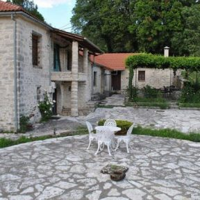 Διαμονή στον Ξενώνα Ροδάμι στα χωριό Καλέντζι στα Τζουμέρκα Ιωαννίνων, σε πλήρως εξοπλισμένα διαμερίσματα με τζάκι, σε ένα κτήμα με ανθισμένους κήπους και πλακόστρωτες αυλές!