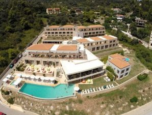 Καλοκαιρινές διακοπές στο 4* Kymi Palace στην Κύμη Εύβοιας, χτισμένο αμφιθεατρικά πάνω στην πλαγιά του λόφου με θέα προς το λιμάνι της Κύμης και το απέραντο γαλάζιο του Αιγαίου!
