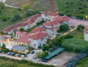 Διακοπές στο Elina Hotel στην παραλία Καραβοστάσι της Πέρδικας, με πισίνα και καταπράσινο κήπο μόλις 150μ. από την αμμώδη παραλία!