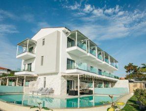 Διαμονή στο Blue Carpet Luxury Suites Halkidiki στο Πευκοχώρι Χαλκιδικής, μόλις λίγα μέτρα από τη καταγάλανη θάλασσα!