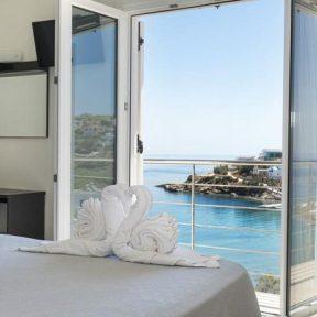 Διαμονή στο Alexandra Hotel στην παραλία του Μέγα Γιαλού στη Σύρο, σε δωμάτια με θέα στη θάλασσα!
